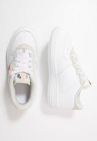 Nike Sportswear - FORCE 1 LV8 3  - Sneakers laag - white/total orange/summit white/black - 0