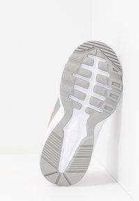 Nike Sportswear - AIR MAX FUSION - Zapatillas - light smoke grey/pink/white - 5