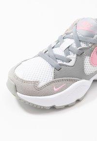 Nike Sportswear - AIR MAX FUSION - Zapatillas - light smoke grey/pink/white - 2