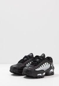 Nike Sportswear - AIR MAX TAILWIND IV  - Sneakersy niskie - black/white - 3