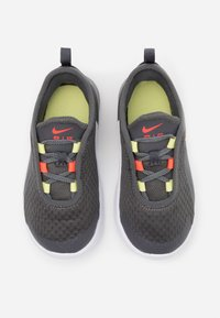 Nike Sportswear - AIR MAX MOTION 2 BTE - Sneakers laag - iron grey/bright crimson/limelight/white - 3