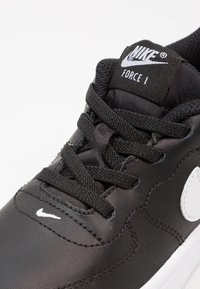 Nike Sportswear - FORCE 1 18 - Sneakers laag - black/white - 5