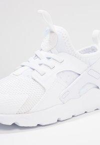 Nike Sportswear - HUARACHE RUN ULTRA  - Babyschoenen - white - 2