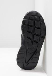 Nike Sportswear - HUARACHE RUN ULTRA  - Babyschoenen - black - 5
