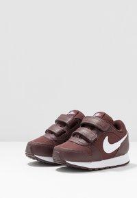 Nike Sportswear - RUNNER - Sneakers basse - el dorado/white - 3