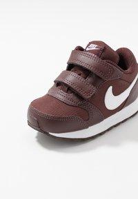 Nike Sportswear - RUNNER - Sneakers basse - el dorado/white - 2