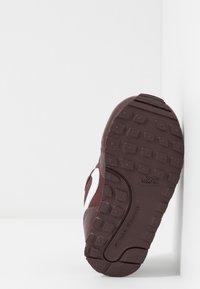 Nike Sportswear - RUNNER - Sneakers basse - el dorado/white - 5