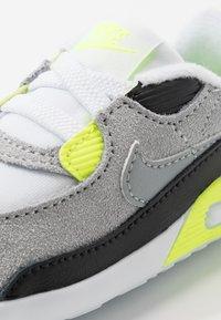Nike Sportswear - MAX 90 CRIB - Chaussons pour bébé - white/particle grey/light smoke grey/volt/black - 2