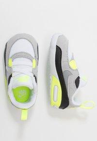 Nike Sportswear - MAX 90 CRIB - Chaussons pour bébé - white/particle grey/light smoke grey/volt/black - 0