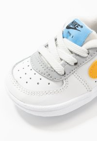 Nike Sportswear - FORCE 1 CRIB - Babyschoenen - summit white/total orange/light smoke grey/blue/gold - 2