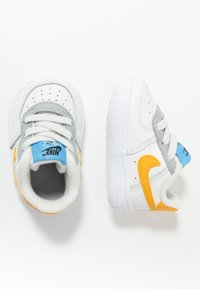 Nike Sportswear - FORCE 1 CRIB - Babyschoenen - summit white/total orange/light smoke grey/blue/gold - 0