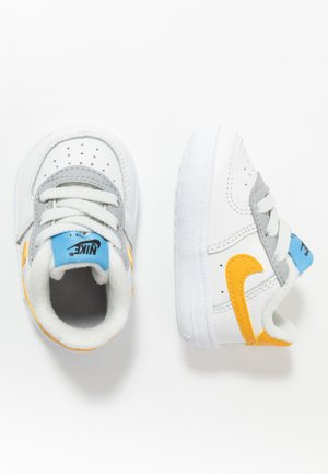 FORCE 1 CRIB - Baby shoes - summit white/total orange/light smoke grey/blue/gold