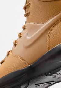 Nike Sportswear - MANOA '17 - Korkeavartiset tennarit - wheat/black - 2