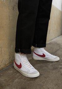 Nike Sportswear - BLAZER MID '77 - Sneakers hoog - white/worn brick/sail - 7