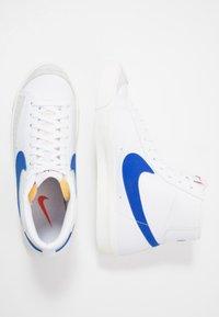 Nike Sportswear - BLAZER MID '77 - Höga sneakers - white/racer blue/sail - 5