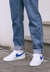 Nike Sportswear - BLAZER MID '77 - Höga sneakers - white/racer blue/sail - 4