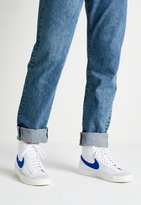 Nike Sportswear - BLAZER MID '77 - Höga sneakers - white/racer blue/sail - 0
