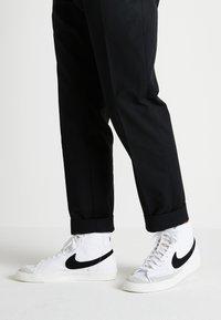 Nike Sportswear - BLAZER MID '77 - Sneakersy wysokie - white/black - 0