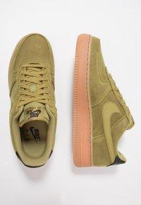 Nike Sportswear - AIR FORCE 1 '07 LV8 STYLE - Sneakers laag - green/medium brown/black - 1