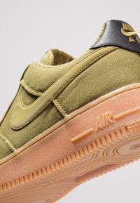 Nike Sportswear - AIR FORCE 1 '07 LV8 STYLE - Sneakers laag - green/medium brown/black - 5