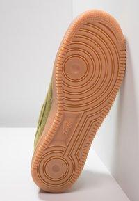 Nike Sportswear - AIR FORCE 1 '07 LV8 STYLE - Sneakers laag - green/medium brown/black - 4