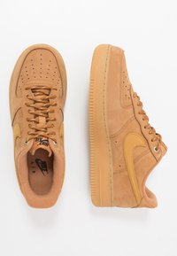 Nike Sportswear - AIR FORCE 1 '07 - Trainers - flax/wheat/light brown/black/team gold
