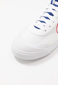 Nike Sportswear - DROP-TYPE HBR - Sneakers laag - white/university red/deep royal blue/black/team gold - 8