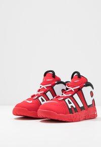 Nike Sportswear - AIR MORE UPTEMPO QS - Høye joggesko - red/white - 3