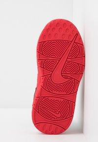 Nike Sportswear - AIR MORE UPTEMPO QS - Høye joggesko - red/white - 5