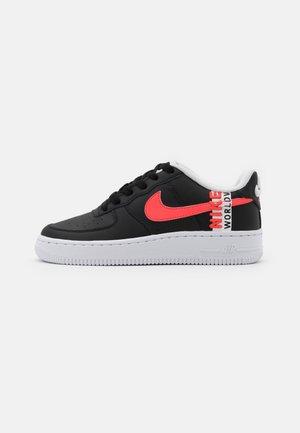 AIR FORCE 1 LV8 UNISEX - Sneakersy niskie - black/crimson tint/flash crimson/white