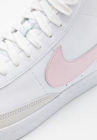 Nike Sportswear - BLAZER MID - Sneakersy wysokie - white/pink foam - 5