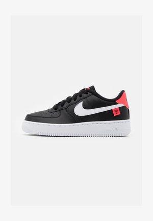 AIR FORCE 1 UNISEX - Sneakersy niskie - black/white/flash crimson