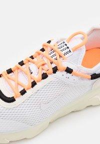 Nike Sportswear - REACT LIVE UNISEX - Matalavartiset tennarit - atomic orange/white/sail/light armory blue - 5