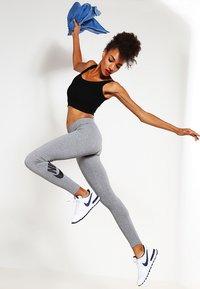 Nike Sportswear - Legginsy - gris/noir - 1