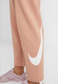 Nike Sportswear - W NSW SWSH  - Pantalon de survêtement - rose gold/white - 4