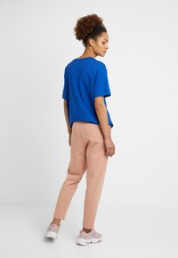 Nike Sportswear - W NSW SWSH  - Pantalon de survêtement - rose gold/white - 2