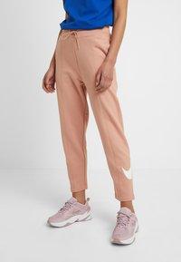 Nike Sportswear - W NSW SWSH  - Pantalon de survêtement - rose gold/white - 0