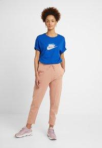 Nike Sportswear - W NSW SWSH  - Pantalon de survêtement - rose gold/white - 1