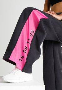 Nike Sportswear - Teplákové kalhoty - oil grey/black - 3