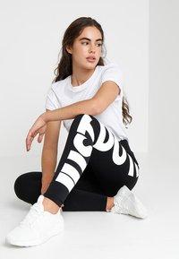 Nike Sportswear - LEGASEE - Leggings - Hosen - black/white - 1