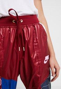 Nike Sportswear - PANT - Träningsbyxor - team red/pink rise - 6