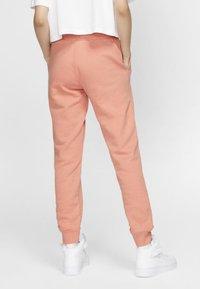 Nike Sportswear - Spodnie treningowe - pink quartz/white - 2