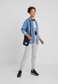 Nike Sportswear - Joggebukse - dark grey heather/white - 1