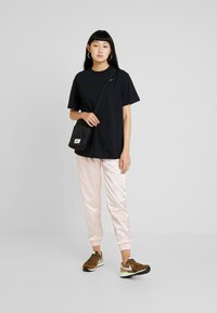 Nike Sportswear - AIR PANT - Pantalon de survêtement - echo pink - 1