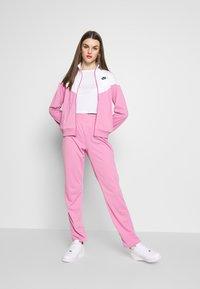 Nike Sportswear - SUIT - Treningsdress - magic flamingo/white - 0