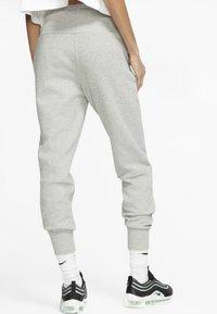 Nike Sportswear - W NSW TCH FLC PANT - Teplákové kalhoty - dark grey heather/matte silver/white - 2