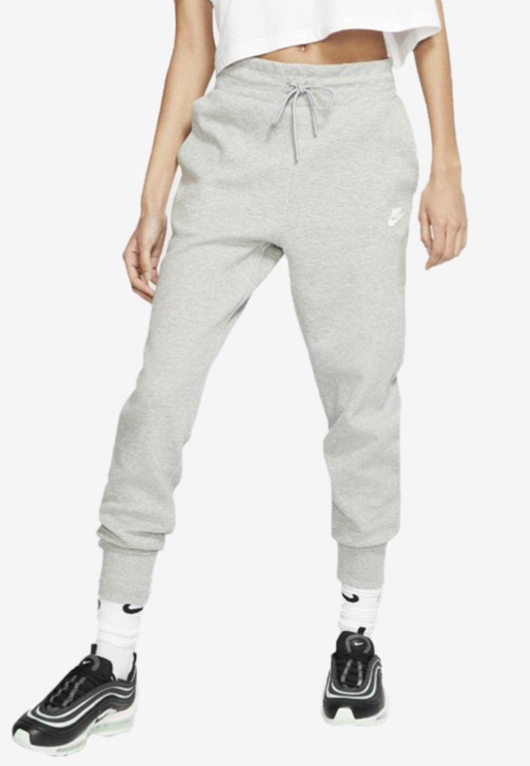 Nike Sportswear - W NSW TCH FLC PANT - Teplákové kalhoty - dark grey heather/matte silver/white
