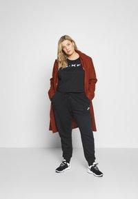 Nike Sportswear - PANT PLUS - Joggebukse - black/(white) - 1