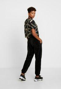 Nike Sportswear - Träningsbyxor - black/white - 3