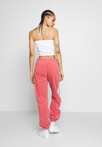 Nike Sportswear - Træningsbukser - light redwood - 2